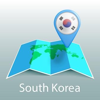 Mappa del mondo di bandiera della corea del sud nel pin con il nome del paese su sfondo grigio