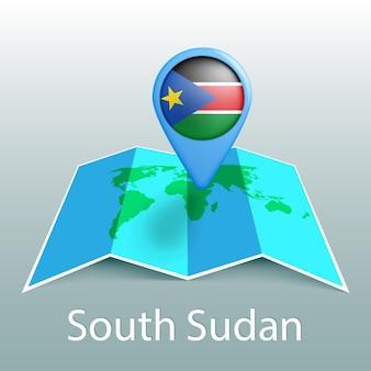 Mappa del mondo di bandiera del sud sudan nel perno con il nome del paese su sfondo grigio