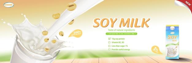 Latte di soia versando nel bicchiere con cartone di latte e fagioli di soia sulla tavola di legno