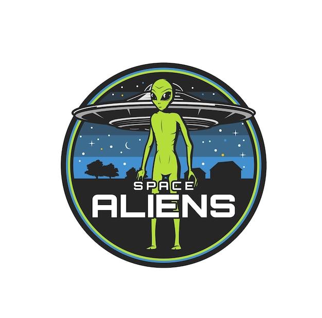 Icona di alieni spaziali con astronave ufo vettoriale o disco volante, mostro alieno verde, creatura marziana o extraterrestre. distintivo rotondo isolato di temi di ufologia e astronomia