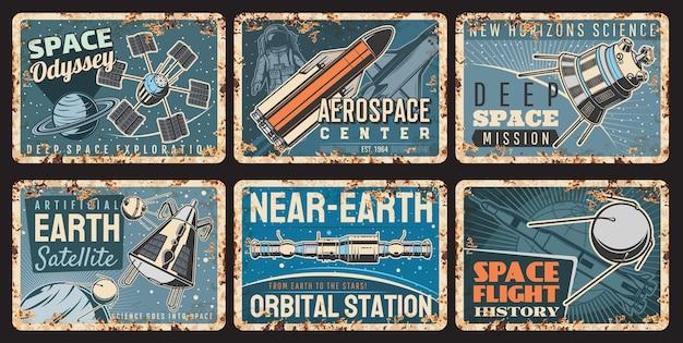 Astronavi e satelliti piatti arrugginiti dello spazio dell'universo della galassia vettoriale e della scienza dell'astronomia. astronave, navetta, razzo e satellite con astronauta in tuta spaziale che vola attraverso pianeti e stelle