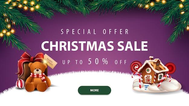 Offerta speciale, saldi natalizi, sconti fino a 50, banner sconto viola con cornice di albero di natale, ghirlanda, bottone, regalo con orsacchiotto e casetta di marzapane natalizia