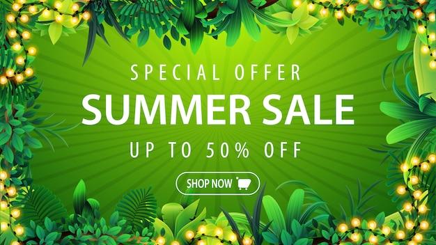 Offerta speciale, saldi estivi, banner sconto verde con cornice di foglie tropicali, pulsante e ghirlanda cornice su sfondo verde. buono sconto estivo con elementi tropicali