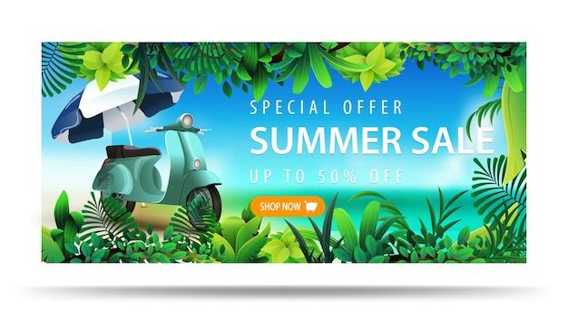 Offerta speciale, saldi estivi, fino a 50 di sconto, banner sconto orizzontale con scooter vintage blu.