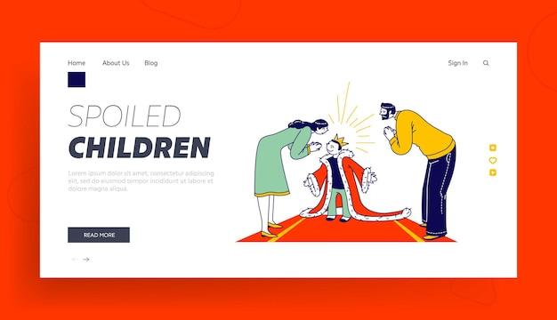 Modello di pagina di destinazione del bambino viziato. i personaggi dei genitori ammirano con il bambino con la corona d'oro sulla testa e il mantello reale in piedi sul tappeto rosso
