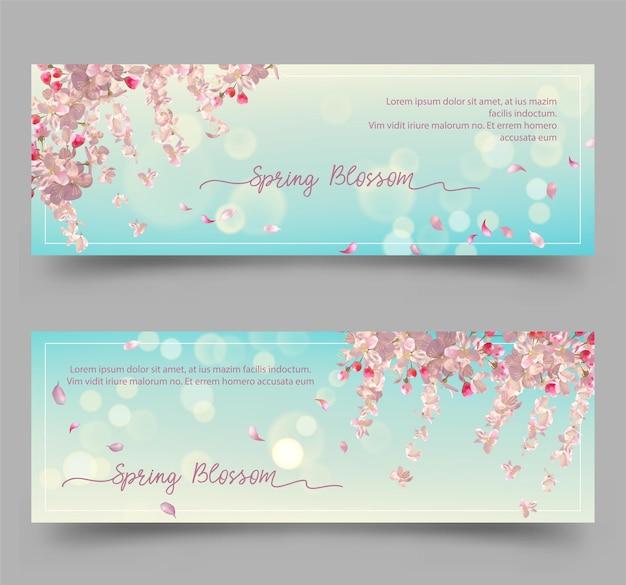Banner floreali primaverili con fiori di ciliegio e petali volanti