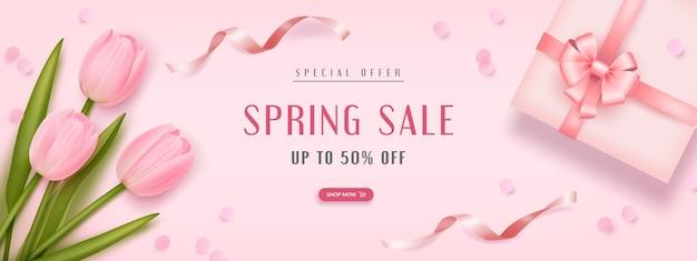 Sfondo di vendita di primavera con tulipani realistici e confezione regalo