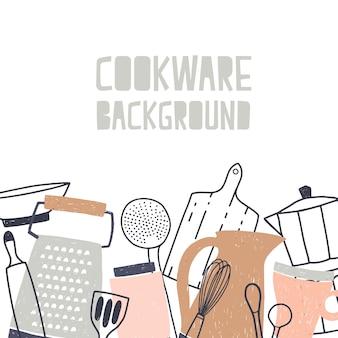 Sfondo quadrato decorato con varie stoviglie o pentole, utensili da cucina e strumenti per la preparazione del cibo sul bordo inferiore su sfondo bianco