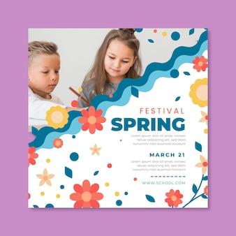Modello di volantino quadrato per la primavera con i bambini Vettore Premium