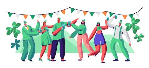Festa di san patrizio persone carattere bere birra festeggiare. il carattere dell'uomo felice in cappello verde si diverte al festival irlandese. illustrazione piana di vettore del fumetto stabilito della donna di carnevale dell'irlanda tradizionale