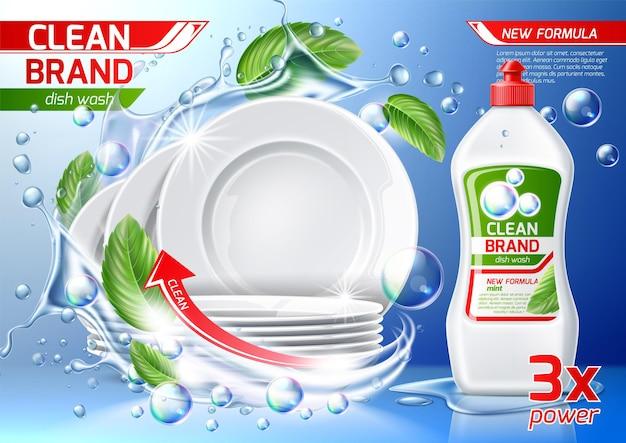 Pila di piatti puliti in spruzzi d'acqua con foglie verdi con bottiglia di detergente