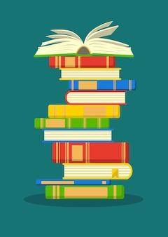 Pila di libri colorati con il libro aperto concetto di formazione