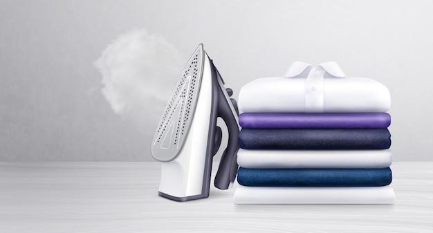 Pila di vestiti puliti ordinatamente piegati e ferro da stiro con vapore acqueo realistico