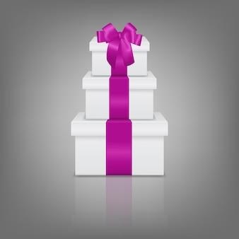 Pila di tre scatole regalo bianche realistiche con nastro rosa e fiocco