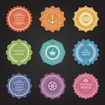 Francobolli e adesivi vintage. simbolo di ancoraggio rugoso arancione con corona elegante blu. araldica rosa e etichetta disco viola. spighe di grano verde garantiscono servizi di marketing di qualità.