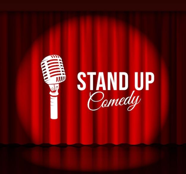 Commedia in piedi con microfono e tenda rossa.