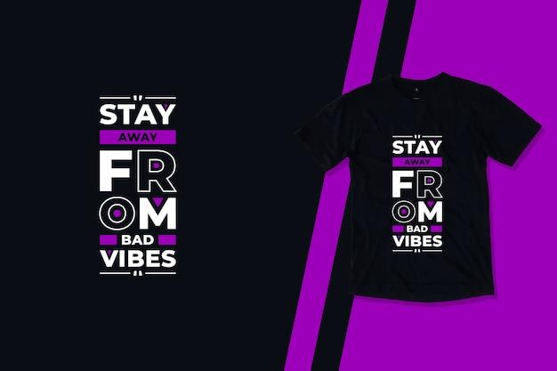 Stai lontano dalle vibrazioni negative dal design moderno della maglietta con citazioni geometriche