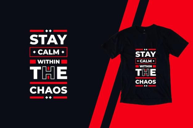 Mantieni la calma nel caos del design della maglietta con citazioni moderne