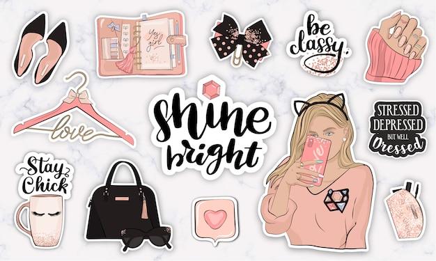 Set di adesivi con citazioni, oggetti e una ragazza che prende un selfie
