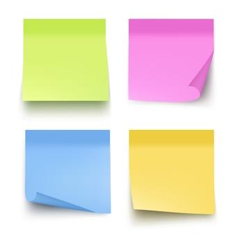 Note colorate appiccicose. immagini realistiche di vettore della carta per appunti della posta isolate