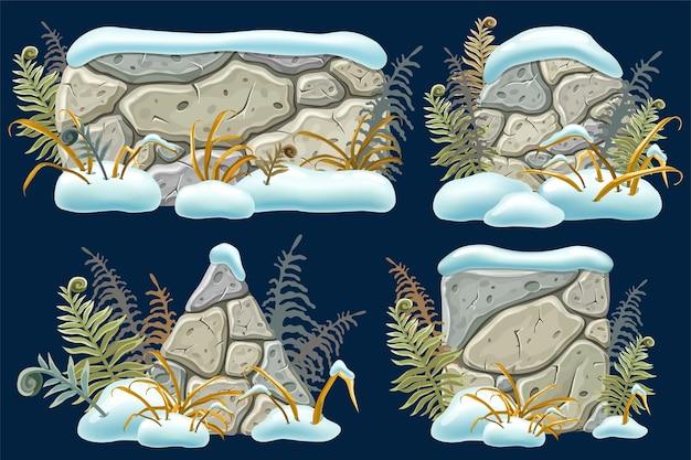 Tavole di pietra e cumuli di neve, erba appassita, felce
