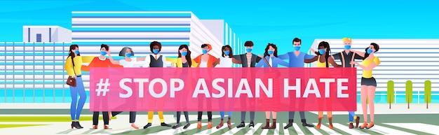 Fermare gli attivisti di razza asiatica mix di odio con striscioni che protestano contro il razzismo sostenere le persone durante il concetto di pandemia di coronavirus paesaggio urbano illustrazione a figura intera