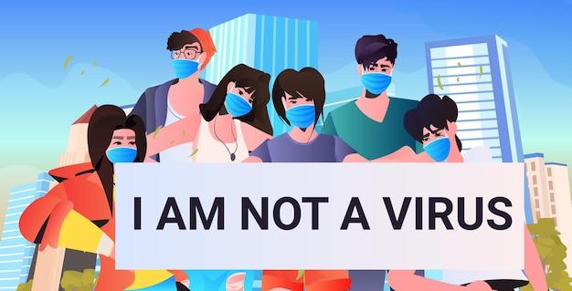 Fermare gli attivisti di razza asiatica mix di odio con striscioni che protestano contro il razzismo sostenere le persone durante il concetto di pandemia di coronavirus paesaggio urbano ritratto orizzontale