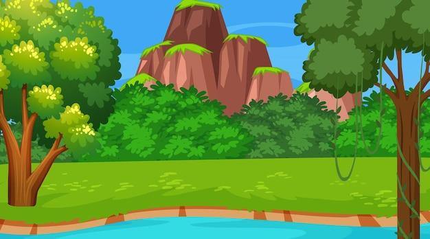 Flusso che scorre attraverso la scena della foresta con sfondo di montagna