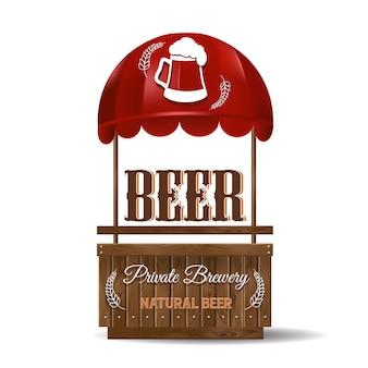 Una bancarella per la vendita di birra. birrificio privato, birra naturale. stand in vendita con tenda da sole rossa e assi di legno.