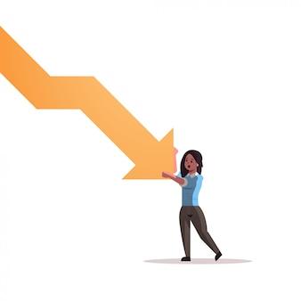 Donna di affari sollecitata che ferma freccia economica che cade concetto di rischio di investimento di fallimento di crisi finanziaria integrale