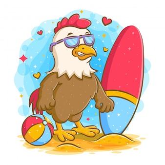 Forte gallo in spiaggia con tavola da surf e palla