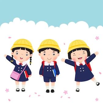 Studente in uniforme scolastica che va a scuola