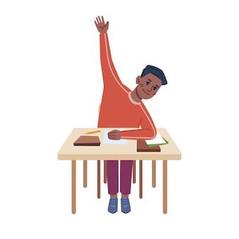 Studente seduto alla scrivania con materiale scolastico alzando la mano chiedendo o rispondendo bambino al tavolo che studia