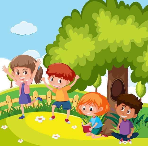 Studenti che giocano nel parco giochi