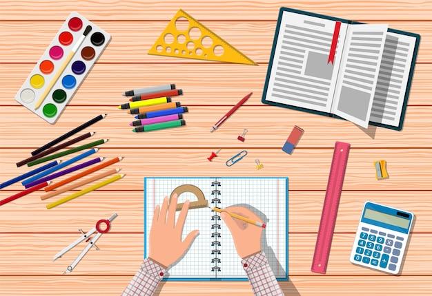 Scrivania in legno per studenti.