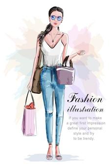 Bella donna alla moda con i sacchetti della spesa