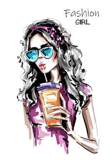 Elegante ragazza elegante che beve succo di frutta