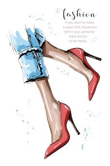 Piedini femminili alla moda con le scarpe