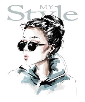 Ragazza alla moda in occhiali da sole.