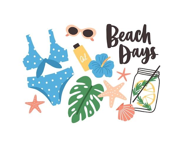 Elegante composizione estiva con frase beach days scritta a mano con carattere calligrafico corsivo, costume da bagno, foglie e fiori tropicali, cocktail, occhiali da sole