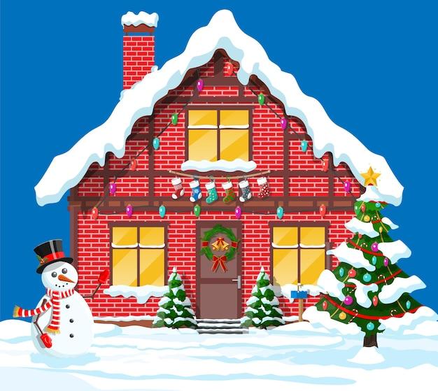 La casa suburbana ha coperto la neve