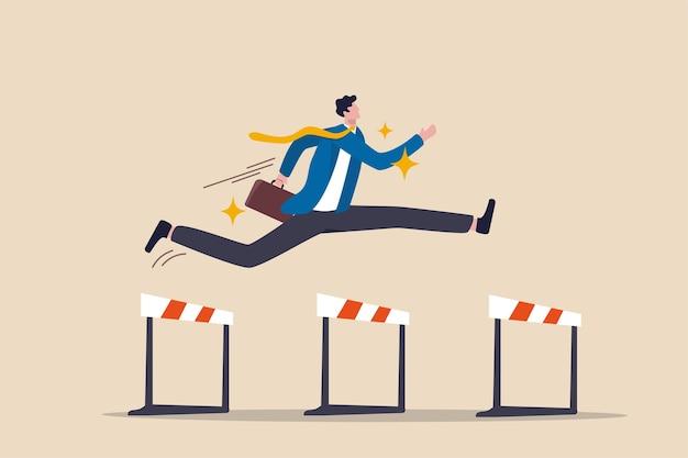 Successo per vincere nella competizione aziendale, superare gli ostacoli o la motivazione per risolvere il problema e guidare il concetto di successo dell'azienda, il leader fiducioso dell'uomo d'affari salta in alto oltre 3 ostacoli per essere vincitore.