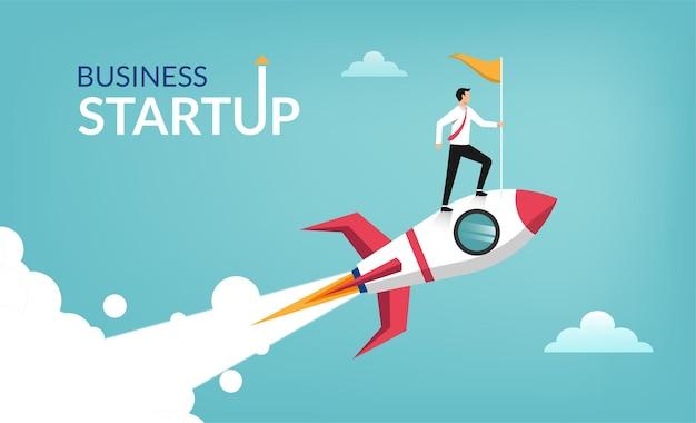 Imprenditore di successo start up tenendo la bandiera sul razzo che vola attraverso il cielo.