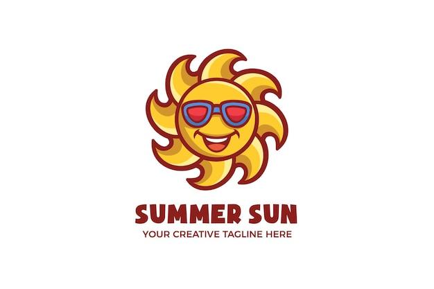 Modello di logo del personaggio della mascotte del sole luminoso estivo