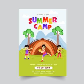 Progettazione del modello dell'opuscolo del campo estivo con i bambini che giocano davanti alla tenda e ai dettagli del luogo.