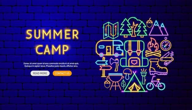 Disegno dell'insegna al neon del campo estivo. illustrazione vettoriale di promozione all'aperto.