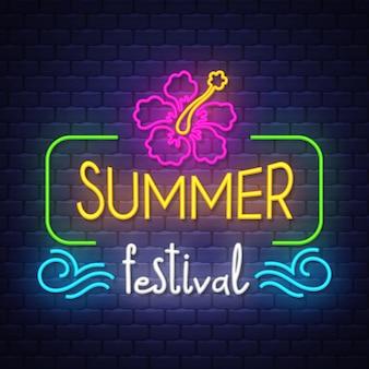 Iscrizione del segno al neon di festival di estate