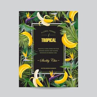 Biglietto d'auguri floreale estivo con fiori tropicali, foglie di palma e banana