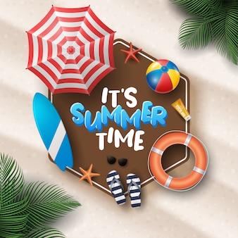 Illustrazione di vacanza estiva con beach ball, foglie di palma, tavola da surf e tipografia lettera sul fondo delle sabbie della spiaggia.