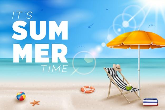 Illustrazione di vacanza estiva con beach ball, foglie di palma, tavola da surf e tipografia su sfondo blu paesaggio dell'oceano.